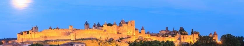 Panorama da noite da fortaleza de Carcassonne imagens de stock