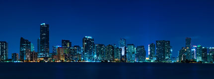 Panorama da noite da skyline de Miami Fotos de Stock Royalty Free