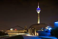 Panorama da noite de Dusseldorf imagens de stock royalty free