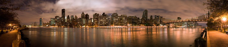 Panorama da noite de Manhatten fotos de stock royalty free