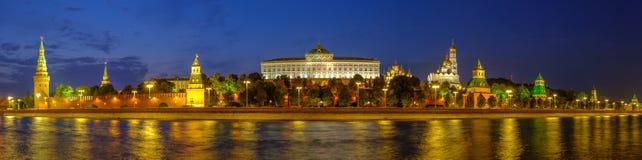 Panorama da noite de Moscovo Kremlin fotografia de stock royalty free