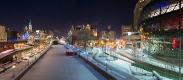 Panorama da noite de Ottawa no Natal imagens de stock
