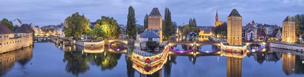 Panorama da noite de Pont Couverts em Strasbourg imagem de stock