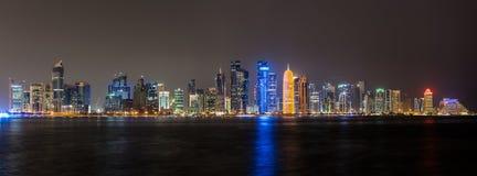 Panorama da noite da skyline de Doha Fotos de Stock Royalty Free