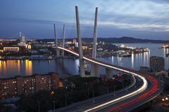 Panorama da noite Vladivostok. Ponte dourada. Rússia Fotos de Stock