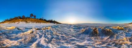 panorama 360 da onda do nascer do sol da neve na costa de Olkhon baikal Imagem de Stock