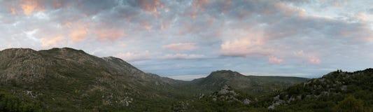 Panorama da paisagem com as minas em Bósnia e em Herzegovina foto de stock