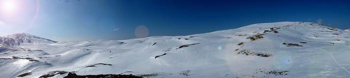 Panorama da paisagem da montanha do inverno com o céu azul dos cumes suíços Fotos de Stock