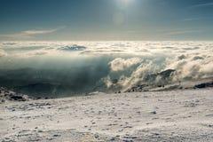 Panorama da paisagem de montanhas nevados fotografia de stock