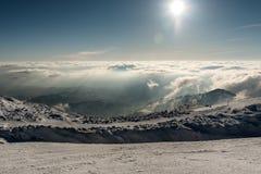 Panorama da paisagem de montanhas nevados imagem de stock