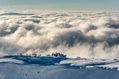Panorama da paisagem de montanhas nevados fotografia de stock royalty free