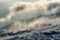 Panorama da paisagem de montanhas nevados foto de stock