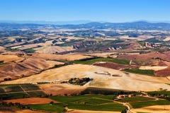 Panorama da paisagem de Toscânia, Itália Casas da exploração agrícola, vinhedos Imagem de Stock