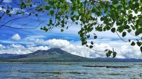 Panorama da paisagem do batur da montagem fora do lago do batur foto de stock