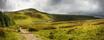 Panorama da paisagem do campo transversalmente às montanhas Imagem de Stock Royalty Free