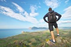 Panorama da paisagem do mar do homem e da montanha fotografia de stock