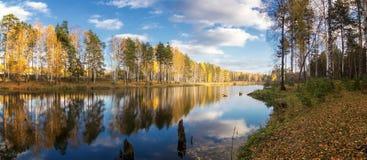Panorama da paisagem do outono da manhã no lago com a floresta na costa, Rússia do vidoeiro, Ural, setembro imagem de stock