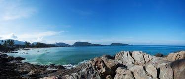 Panorama da paisagem do verão da praia de Patong na manhã Phuket imagem de stock