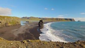 Panorama da paisagem em um litoral do sul de Islândia no dia ensolarado, Reynisdrangar video estoque