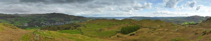 Panorama da paisagem: montanhas, lago, vale, árvores Imagens de Stock