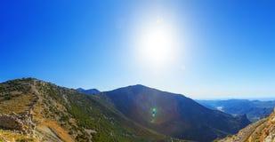 Panorama da paisagem no vale da montanha com céu azul e sol Creta, ilha grega, Grécia fotografia de stock royalty free