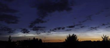 Panorama da paisagem da noite com as nuvens Noctilucent em Lituânia imagem de stock royalty free