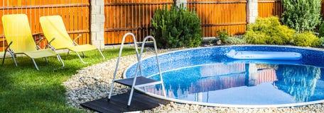 Panorama da piscina home pequena imagem de stock