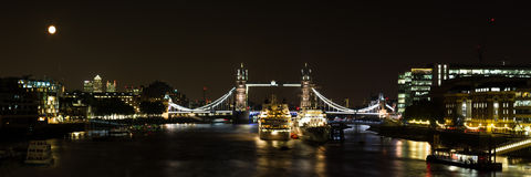 Panorama da ponte da torre na noite Imagens de Stock