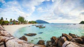 Panorama da praia asiática do paraíso em Tailândia fotografia de stock royalty free