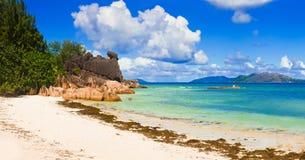 Panorama da praia no console Curieuse em Seychelles fotografia de stock royalty free