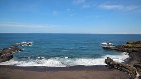 Panorama da praia - oceano, areia, céu azul - antena filme