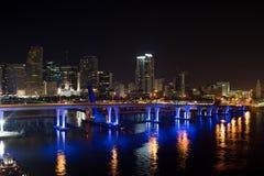 Panorama da skyline da cidade de Miami no crepúsculo com arranha-céus e a ponte urbanos sobre o mar com reflexão Fotografia de Stock