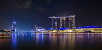 Panorama da skyline da cidade de Singapura com hotel de Marina Bay Sands e museu de ArtScience na noite Imagem de Stock