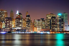 Panorama da skyline da noite de New York City imagem de stock