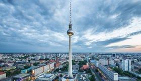 Panorama da skyline de Berlim com a torre da tevê em Alexanderplatz no crepúsculo, Alemanha Fotos de Stock Royalty Free