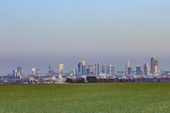 Panorama da skyline de Francoforte na noite Imagem de Stock
