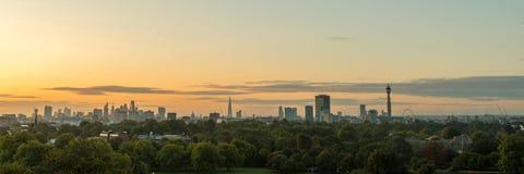 Panorama da skyline de Londres vista do monte da prímula Fotos de Stock Royalty Free