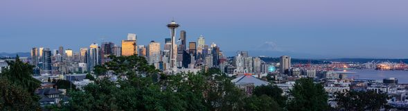 Panorama da skyline & do Monte Rainier de Seattle foto de stock