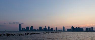 Panorama da skyline do por do sol ilustração royalty free