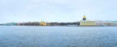 Panorama da terraplenagem de Admiralty de St Petersburg, Rússia fotografia de stock