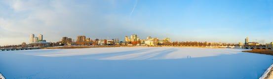 Panorama da terraplenagem do inverno do rio Miass Fotografia de Stock Royalty Free