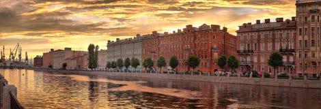 Panorama da terraplenagem do rio de Fontanka em St Petersburg no por do sol fotos de stock royalty free