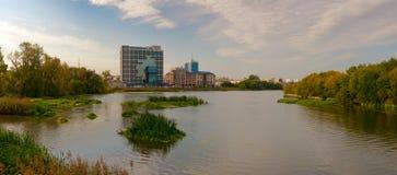 Panorama da terraplenagem do rio Miass foto de stock
