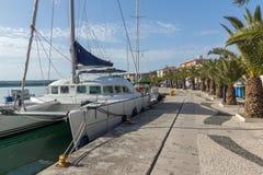 26 2015: Panorama da terraplenagem e do porto da cidade de Argostoli, Kefalonia, Grécia Fotos de Stock Royalty Free
