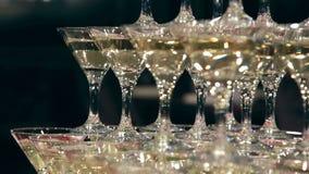 Panorama da torre do coctail do champane no interior luxuoso com serviço do restaurante vídeos de arquivo