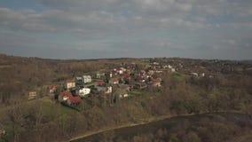 Panorama da una vista dell'occhio del ` s dell'uccello L'Europa centrale: Il villaggio polacco ? situato fra le colline verdi Cli video d archivio