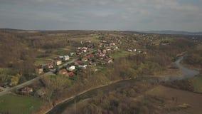 Panorama da una vista dell'occhio del ` s dell'uccello L'Europa centrale: Il villaggio polacco ? situato fra le colline verdi ed  video d archivio