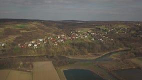 Panorama da una vista dell'occhio del ` s dell'uccello L'Europa centrale: Il villaggio polacco ? situato fra le colline verdi ed  stock footage