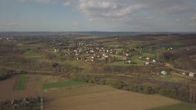 Panorama da una vista dell'occhio del ` s dell'uccello L'Europa centrale: Il villaggio polacco ? situato fra le colline verdi ed  archivi video