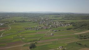 Panorama da una vista dell'occhio del ` s dell'uccello L'Europa centrale: la città o il villaggio è situata fra le colline verdi  video d archivio